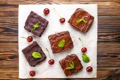 La torta húmeda del brownie con gusto oscuro rico del chocolate cortó y sirvió en rebanadas cuadradas fotos de archivo
