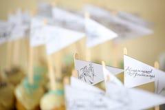 La torta hace estallar el arreglo en una tabla Foto de archivo libre de regalías