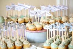 La torta hace estallar el arreglo en una tabla Fotos de archivo libres de regalías