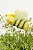 La torta hace estallar en forma de la abeja Imagenes de archivo