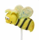 La torta hace estallar en forma de la abeja aislada en el fondo blanco Imagenes de archivo