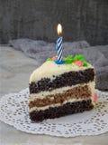 La torta hecha en casa de la amapola con la galleta de la nuez y la crema de las natillas adornó el caramelo de los dulces en fon Fotografía de archivo libre de regalías