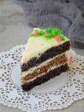 La torta hecha en casa de la amapola con la galleta de la nuez y la crema de las natillas adornó el caramelo de los dulces en fon Imágenes de archivo libres de regalías