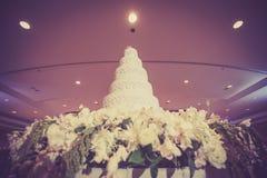 La torta hermosa del vintage adorna para la ceremonia de boda Foto de archivo