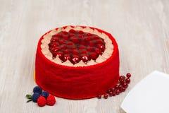 La torta, las frutas, las bayas y la placa en la tabla Imagenes de archivo