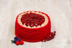 La torta, las frutas y las bayas en la tabla Fotografía de archivo