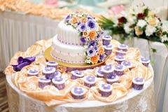 La torta más hermosa para el evento del solemnization DOF bajo Fotos de archivo libres de regalías