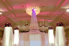 La torta nunziale con il fiore rosa decora Fotografie Stock Libere da Diritti