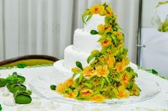 La torta nunziale ha decorato la frutta Fotografie Stock