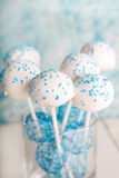 La torta nunziale schiocca in bianco e delicatamente in blu. Immagine Stock Libera da Diritti