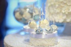 La torta nunziale schiocca in bianco ed in blu Fotografia Stock Libera da Diritti