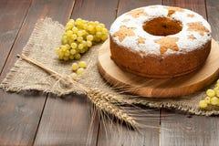 La torta tradicional hecha en casa de la fruta en soporte adornó con las uvas a Imagen de archivo libre de regalías