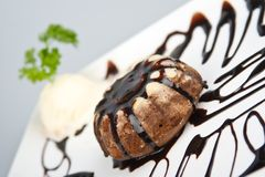 La torta vertió sobre el chocolate abajo hiela con vainilla   Imagen de archivo