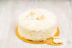 La torta y las rebanadas de plátano en la tabla Foto de archivo libre de regalías