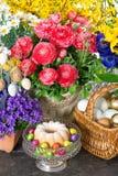 La torta y los huevos de Pascua con la primavera hermosa florece Fotografía de archivo libre de regalías