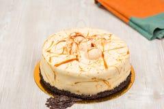 La torta y la toalla del caramelo en la tabla Imágenes de archivo libres de regalías