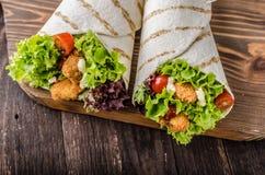 La tortiglia arrostita con il pollo, Mayo ed il pomodoro ketchuGrilled il pollo della tortiglia, la lattuga, Mayo casalinga e la  fotografie stock libere da diritti