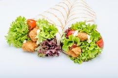 La tortilla asada a la parrilla con el pollo, Mayo y el tomate ketchuGrilled el pollo de la tortilla, la lechuga, Mayo hecho en c Fotografía de archivo libre de regalías