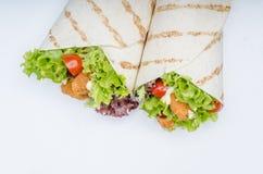 La tortilla asada a la parrilla con el pollo, Mayo y el tomate ketchuGrilled el pollo de la tortilla, la lechuga, Mayo hecho en c Fotos de archivo