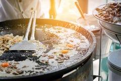 La tortilla curruscante de la ostra hecha de la harina se mezcló con el mejillón o las ostras y huevo imagen de archivo