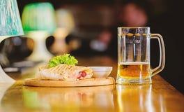 La tortilla de Burrito a servi le conseil en bois Concept de bi?re et de nourriture La saucisse et la sauce au fromage de viande  photo libre de droits
