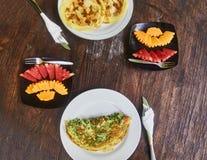 La tortilla y una placa de la sand?a y del mango de la fruta es un desayuno tradicional en Indonesia imagen de archivo