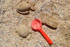 La tortue, le bateau et les poissons sont construits du sable et des petites pierres Image libre de droits