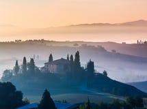 La Toscana al primo mattino fotografia stock