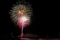 La Toscana, fuochi d'artificio di Marina di Grosseto sul pilastro per la celebrazione di San Rocco, immagine stock libera da diritti