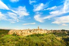 La Toscana, paesaggio medievale di panorama del villaggio di Pitigliano. L'Italia Fotografia Stock