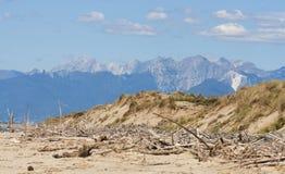 La Toscane a abandonné la plage de sable et le paysage de montagnes Photos libres de droits