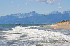 La Toscane a abandonné la plage de sable et le paysage de montagnes Image libre de droits