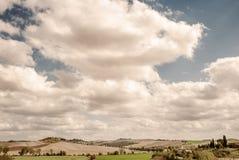 La Toscane - domaines de pays le long du Strada Statale Lauretana sur le chemin à la ville d'Asciano image libre de droits