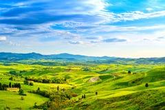 La Toscane, paysage rural de coucher du soleil Ferme de campagne, route blanche Images libres de droits