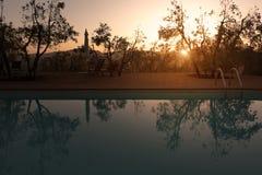 La Toscane, une piscine au coucher du soleil quelque part en ` Orcia - 05/30/2016 de Val d photo libre de droits