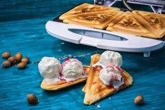 La tostada cocida manchó el helado en atasco de frambuesa Foto de archivo libre de regalías