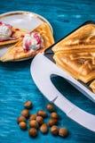 La tostada cocida manchó el helado en atasco de frambuesa Fotos de archivo