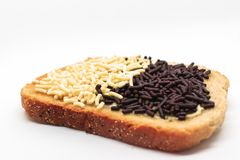 La tostada con el chocolate holandés asperja en fondo blanco aislado imagen de archivo libre de regalías