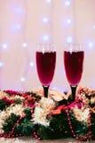 La tostada del fondo de los vidrios del champán empañó Año Nuevo rosado rojo de las luces Imagen de archivo libre de regalías