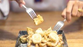 La tostada remató con los plátanos cortados, nueces, huevo, salsa de queso cremoso Foto de archivo libre de regalías