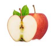 La totalité et la moitié de la pomme fraîche de gala avec des feuilles de vert isloated photos stock