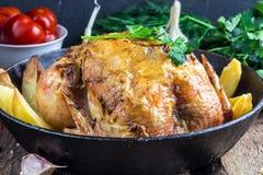 La totalité a rôti le poulet avec la pomme de terre sur une casserole Image libre de droits