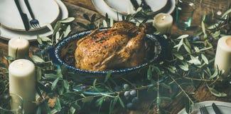 La totalité a rôti le poulet pour Noël, des plats et des bougies Image stock