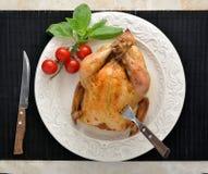 La totalité a rôti le poulet d'un plat avec les tomates et le Basil Photos libres de droits