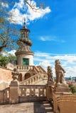 La tour avec la balustrade et la surveillance avec des statues Images libres de droits
