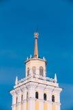 La tour avec une flèche a complété avec une étoile dans une guirlande de laurier Photographie stock