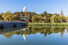 La tour blanche en parc de Beihai, Pékin photos libres de droits