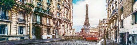 La tour d'eifel à Paris d'une rue minuscule photos libres de droits