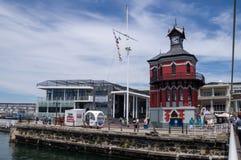 La tour d'horloge au bord de mer de V&A à Cape Town photo libre de droits
