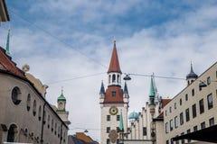 La tour d'horloge avec le zodiaque contre le ciel bleu images libres de droits